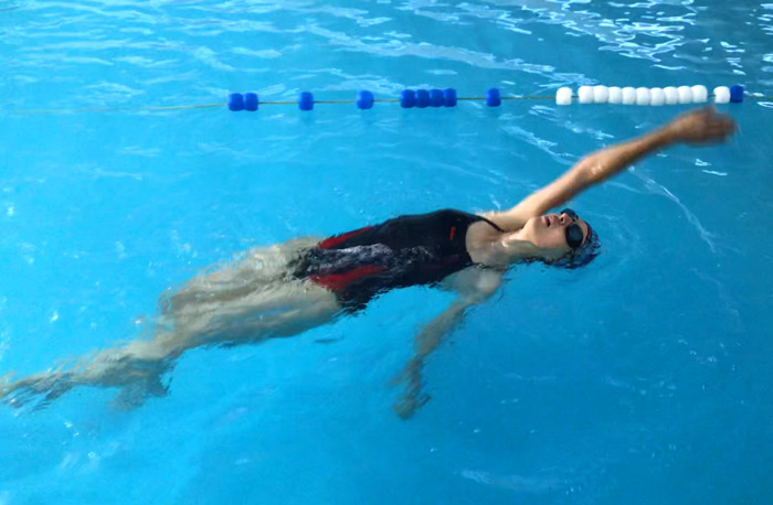 Cum poți trece de la frica de apă la înot de plăcere?